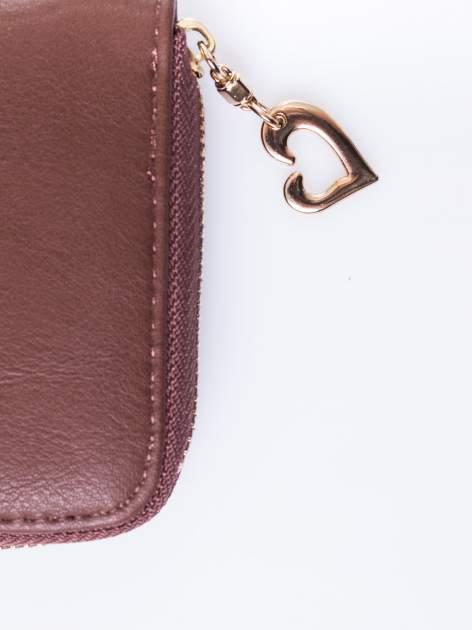 Brązowy portfel ze złotym logo i uchwytem                                  zdj.                                  4