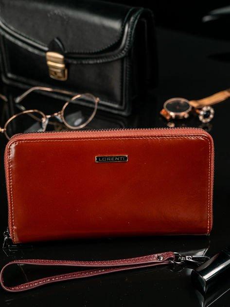 07d3fc9e15b70 Brązowy skórzany portfel damski na suwak - Akcesoria portfele ...