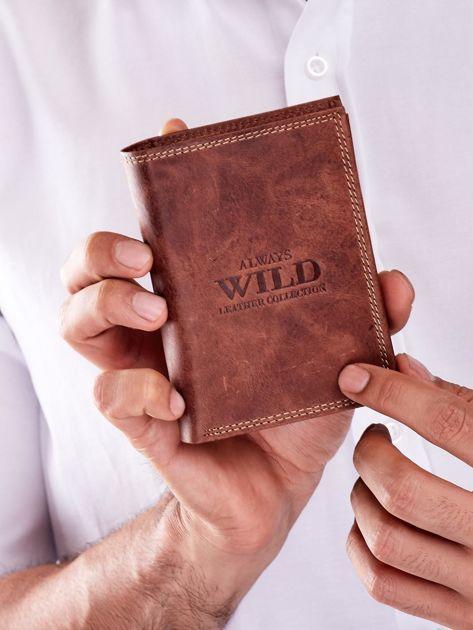 Brązowy skórzany portfel dla mężczyzny z tłoczonym napisem                              zdj.                              1