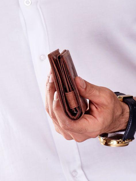 Brązowy skórzany portfel dla mężczyzny z tłoczonym napisem                              zdj.                              2