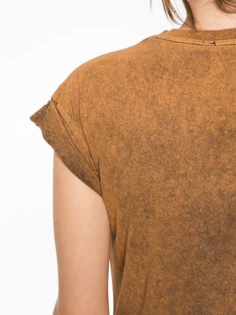 Brązowy t-shirt z nadrukiem DOLLYWOOD                                  zdj.                                  11