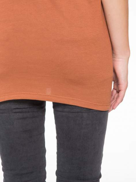 Brązowy t-shirt z nadrukiem w romantycznym stylu                                  zdj.                                  9