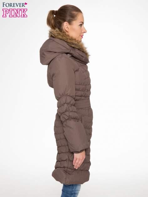 Brązowy taliowany puchowy płaszcz z futrzanym kapturo-kołnierzem                                  zdj.                                  3