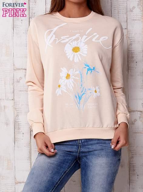 Brzoskwiniowa bluza z nadrukiem kwiatowym i napisem                                  zdj.                                  1