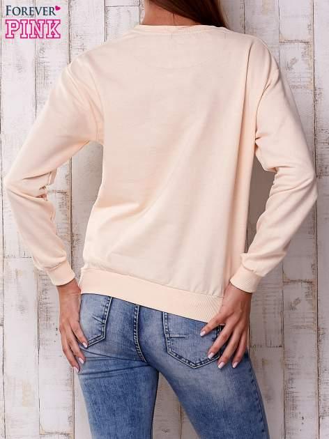 Brzoskwiniowa bluza z napisem                                  zdj.                                  4