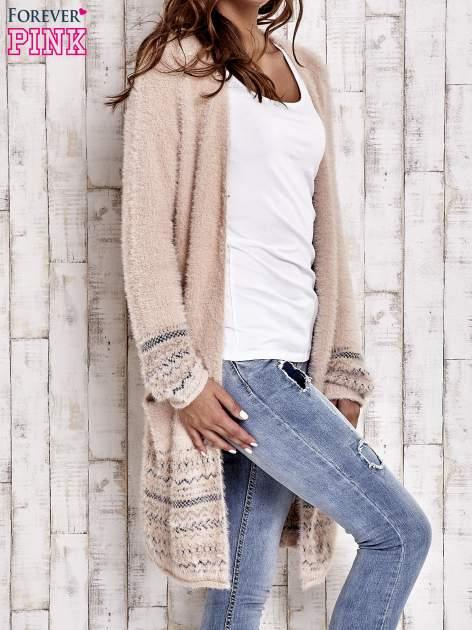 Brzoskwiniowy długi włochaty sweter z kolorową nitką                                  zdj.                                  3