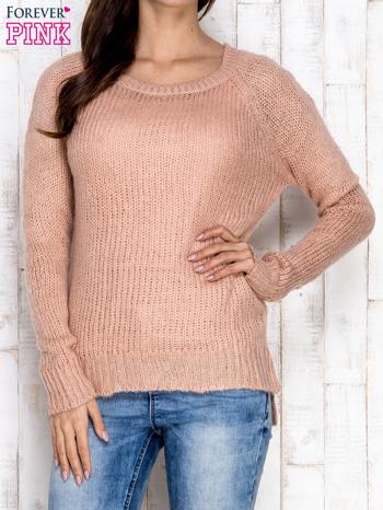 Brzoskwiniowy dzianinowy sweter o szerokim splocie                                  zdj.                                  1