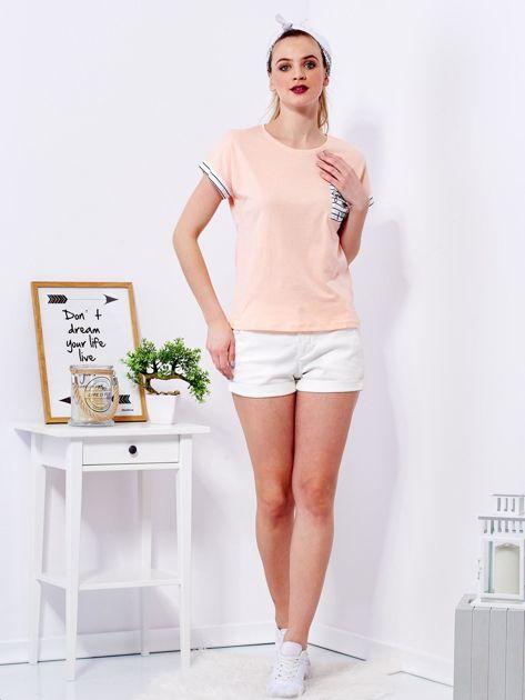 Brzoskwiniowy t-shirt z kieszonką i naszywką                              zdj.                              4