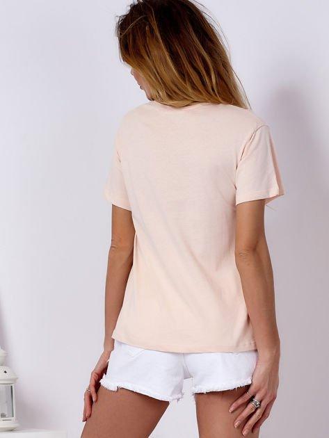 Brzoskwiniowy t-shirt z kolorowym nadrukiem i perełkami                              zdj.                              2