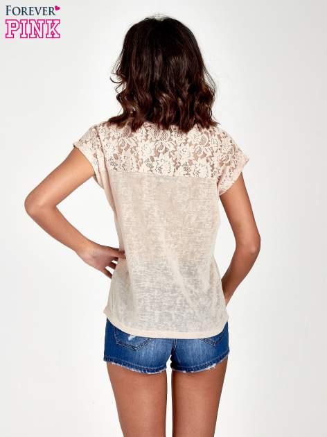 Brzoskwiniowy t-shirt z koronkowymi rękawami i gwiazdkami                                  zdj.                                  4
