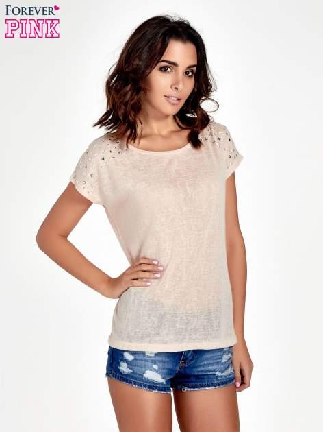 Brzoskwiniowy t-shirt z kryształkami na rękawach                                  zdj.                                  1