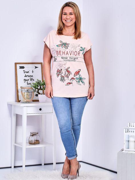 Brzoskwiniowy t-shirt z napisem i motywem roślinnym PLUS SIZE                              zdj.                              4