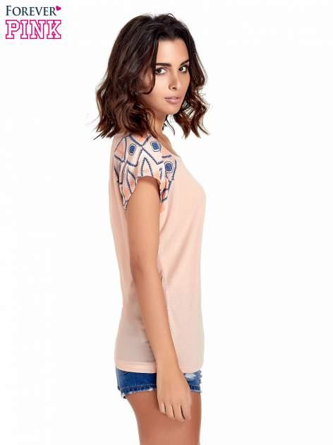 Brzoskwiniowy t-shirt z rękawkami w motyw etno                                  zdj.                                  3