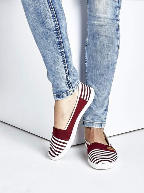 Burgundowe buty sliponki w paski