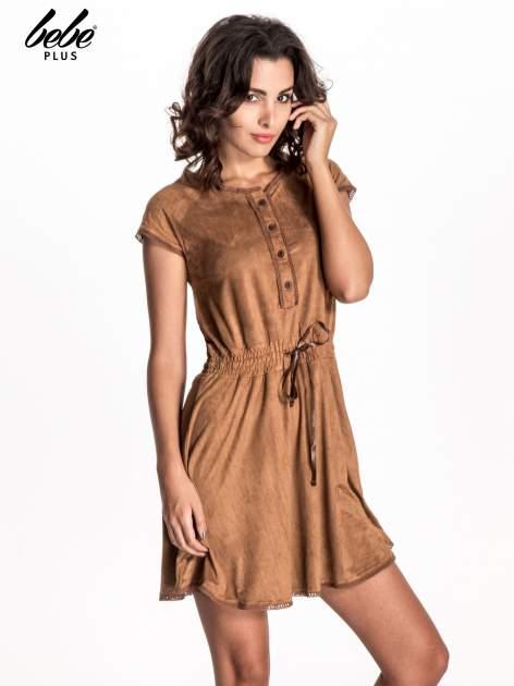 Camelowa sukienka z zamszu w stylu boho