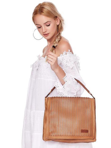 Camelowa torba z eko skóry z ażurową klapką na magnes                              zdj.                              4