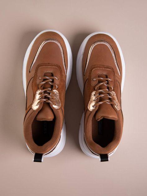 Camelowe buty sportowe na podwyższeniu z błyszczącą wstawką i zwierzęcym motywem                              zdj.                              2