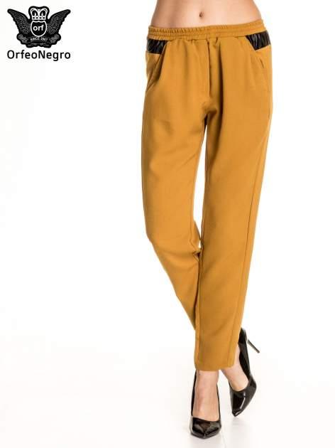 Camelowe spodnie materiałowe ze skórzaną wstawką