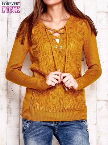 Camelowy dzianinowy sweter z wiązaniem                                  zdj.                                  1