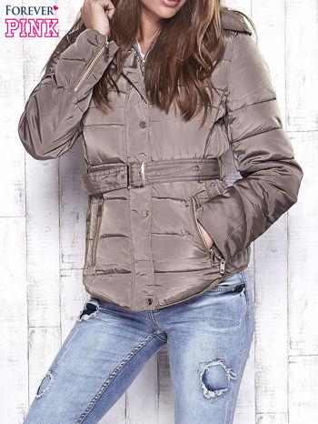 Ciemnobeżowa zimowa kurtka z futrzanym kapturem i paskiem                                  zdj.                                  1