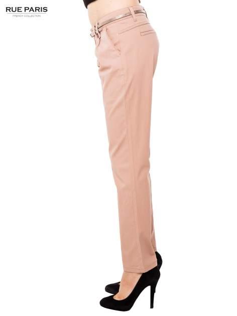 Ciemnobeżowe spodnie z paskiem z lakierowanej skóry                                  zdj.                                  3