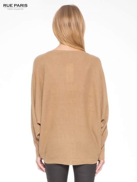 Ciemnobeżowy sweter z nietoperzowymi rękawami                                  zdj.                                  4