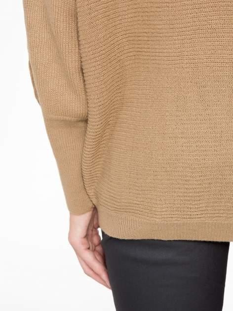 Ciemnobeżowy sweter z nietoperzowymi rękawami                                  zdj.                                  9