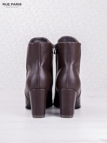 Ciemnobordowe botki eco leather na słupku z błyszczącymi dżetami i asymetryczną cholewką                                  zdj.                                  4