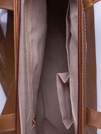 Ciemnobrązowa torba na ramię ze złotym emblematem                                  zdj.                                  6