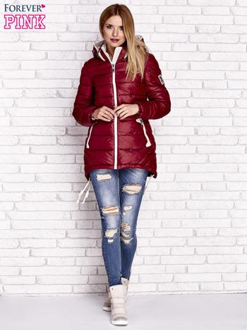 Ciemnoczerwona pikowana kurtka z kontrastowymi suwakami                              zdj.                              2