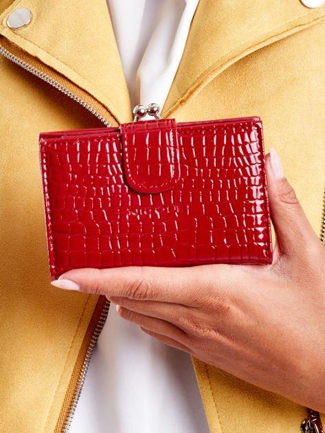 Ciemnoczerwony portfel damski z biglem