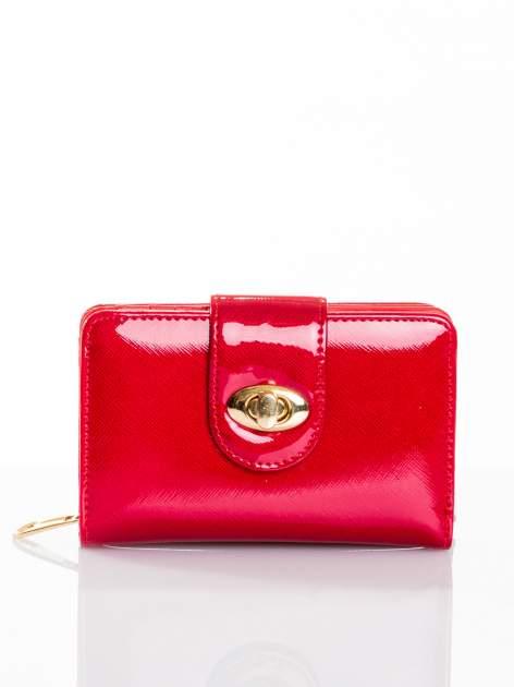 Ciemnoczerwony portfel ze złotym zapięciem efekt skóry saffiano