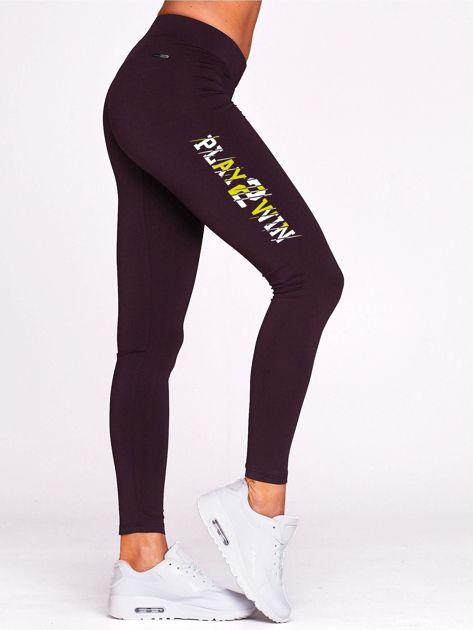 Ciemnofioletowa legginsy fitness z nadrukiem z boku                                  zdj.                                  1