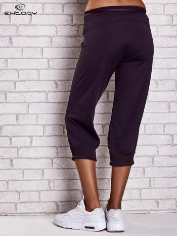 Ciemnofioletowe spodnie capri z surowym wykończeniem PLUS SIZE                                  zdj.                                  2
