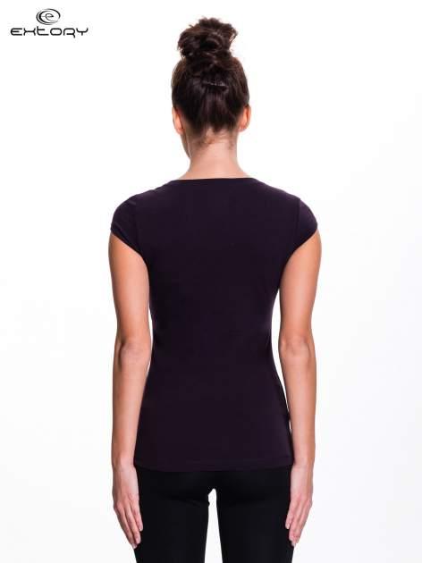 Ciemnofioletowy damski t-shirt sportowy basic                                  zdj.                                  3