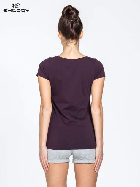 Ciemnofioletowy damski t-shirt sportowy basic PLUS SIZE                                  zdj.                                  3
