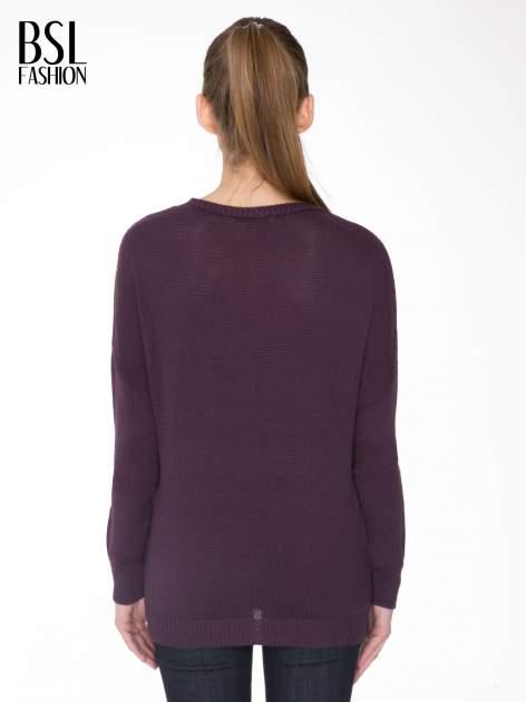 Ciemnofioletowy sweter z sercem obszytym frędzlami                                  zdj.                                  4