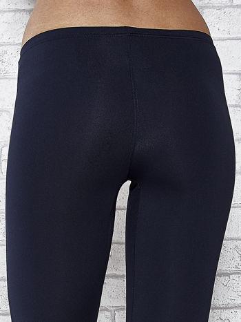 Ciemnogranatowe legginsy sportowe termalne z dżetami na nogawkach                                  zdj.                                  7