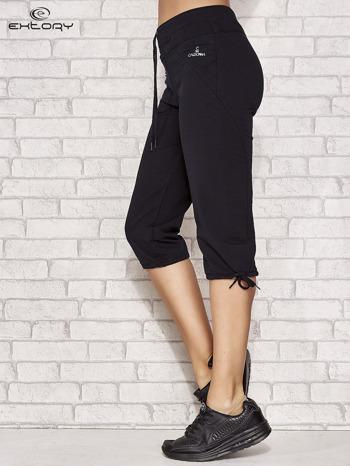 Ciemnogranatowe spodnie dresowe capri z kieszonką                                  zdj.                                  2