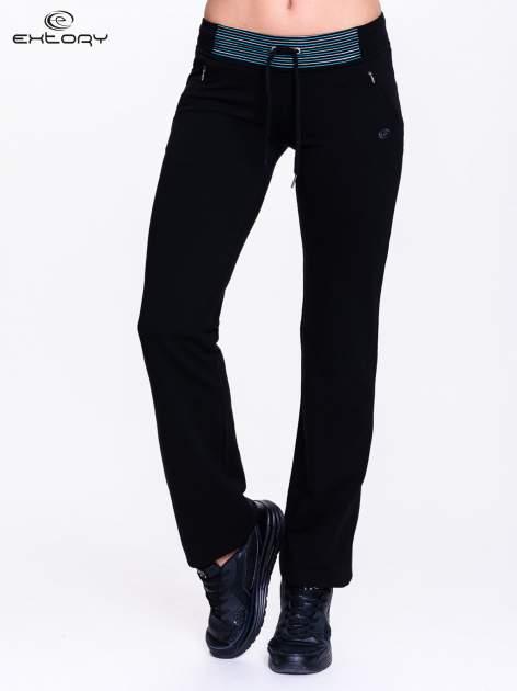 Ciemnogranatowe spodnie dresowe z granatową wstawką                                  zdj.                                  1