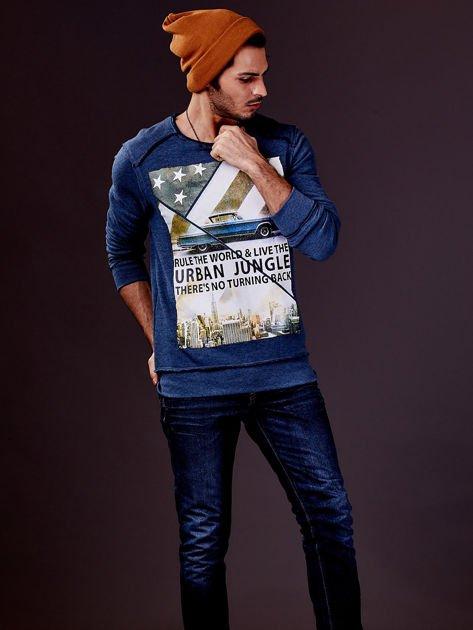 Ciemnoniebieska bluza męska z nadrukiem i surowym wykończeniem                                  zdj.                                  1