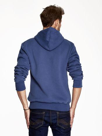 Ciemnoniebieska bluza męska z nadrukiem rekinów                              zdj.                              2