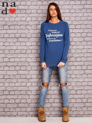 Ciemnoniebieska bluza z napisem CODZIENNIE BUDZĘ SIĘ PIĘKNIEJSZA                              zdj.                              2