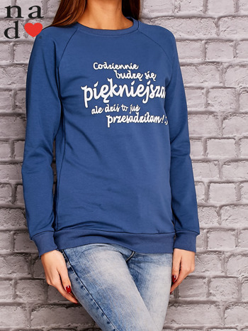 Ciemnoniebieska bluza z napisem CODZIENNIE BUDZĘ SIĘ PIĘKNIEJSZA                                  zdj.                                  3