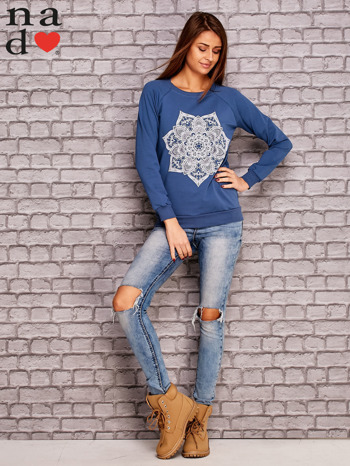 Ciemnoniebieska bluza z ornamentowym nadrukiem                                  zdj.                                  2