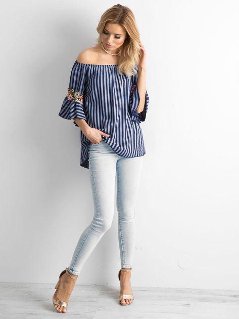 Ciemnoniebieska bluzka hiszpanka w paski z kwiatowymi wstawkami                              zdj.                              4