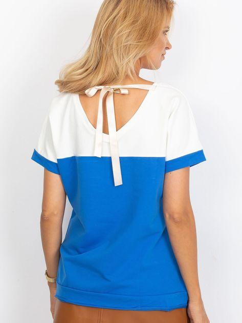 Ciemnoniebieska bluzka z dekoltem na plecach                              zdj.                              2