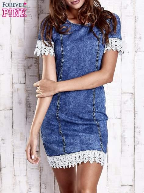Ciemnoniebieska jeansowa sukienka z koronkowym wykończeniem                                  zdj.                                  1