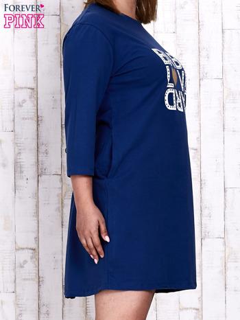 Ciemnoniebieska sukienka dresowa z napisem BABE PLUS SIZE                                  zdj.                                  4