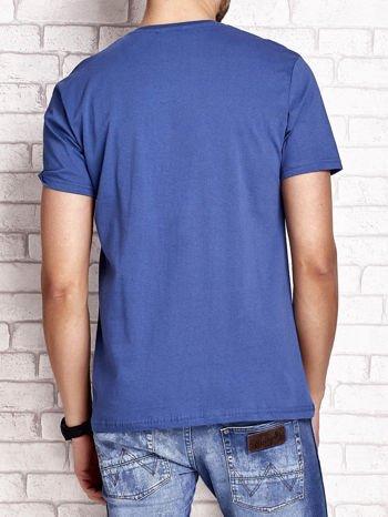 Ciemnoniebieski t-shirt męski z nadrukiem napisów i cyfrą 9                                  zdj.                                  2